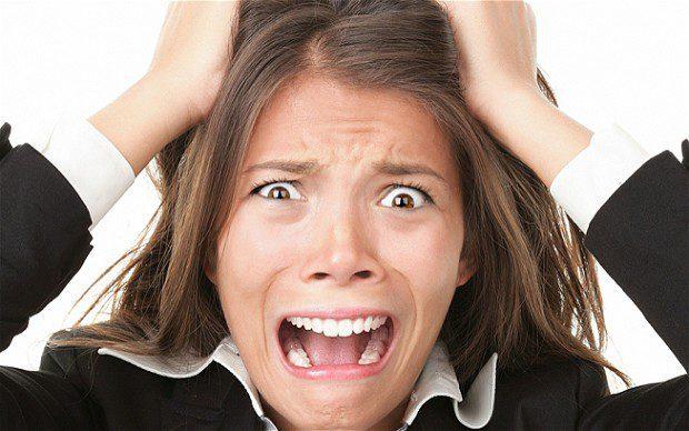 mulher nervosa por comprar pela internet